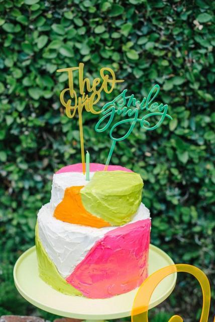 Bolo para festa neon simples