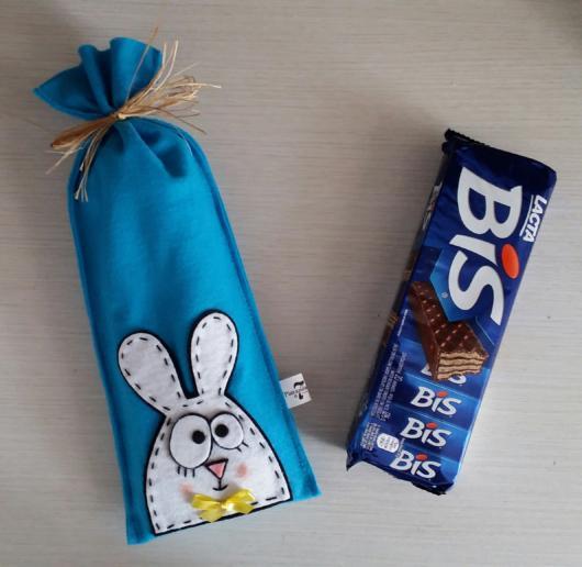 Um lindo estojo personalizado com coelhinho para colocar a caixa de Bis