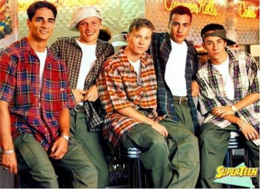 Os homens podem vestir calças largas estilo cargo, camisetas básicas e camisas quadriculadas coloridas