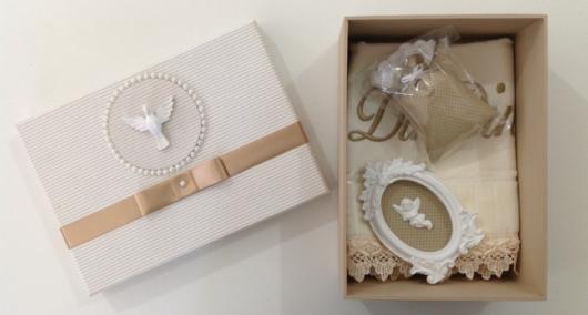 Caixinha com presentes personalizados batizado