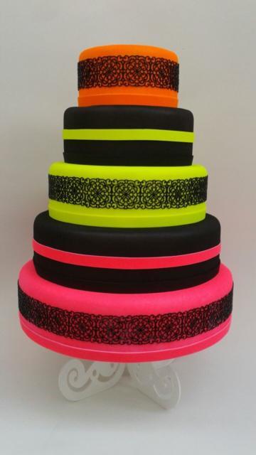Uma boa junção de cores é unir o preto com amarelo fluorescente, laranja e rosa
