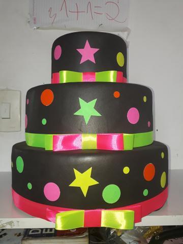 Bolo de biscuit de três andares com moldes em círculos e estrelas
