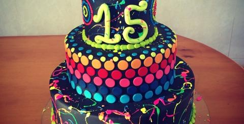 Lindo bolo todo decorado de três andares para uma festa de debutante
