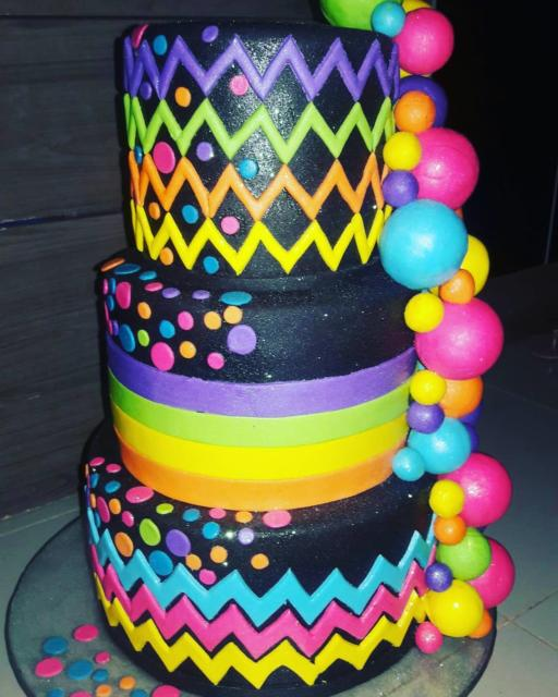 O bolo cenográfico incrementa a decoração da sua festa e deixa a mesa principal linda