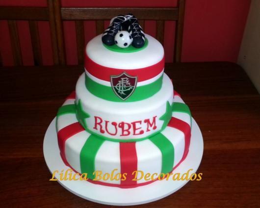 E para quem gosta de versões com total destaque, um bolo do Fluminense de pasta americana de três andares