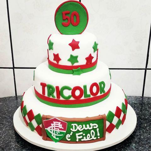 Toda a exaltação ao tricolor do Rio de Janeiro nesse bolo de pasta americana de três andares