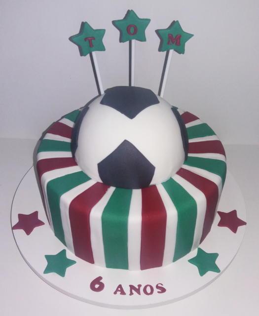 Bolo redondo com a bola de futebol no topo e as listras tradicionais nas cores do clube
