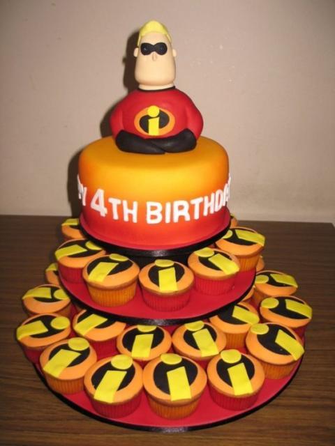 Lindo bolo redondo com um topo temático e vários cupcakes