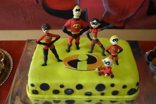Uma versão compacta do bolo Os Incríveis ideais para uma festa infantil