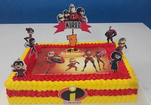 As cores preto, amarelo e vermelho são essenciais para deixar o bolo com um lindo aspecto