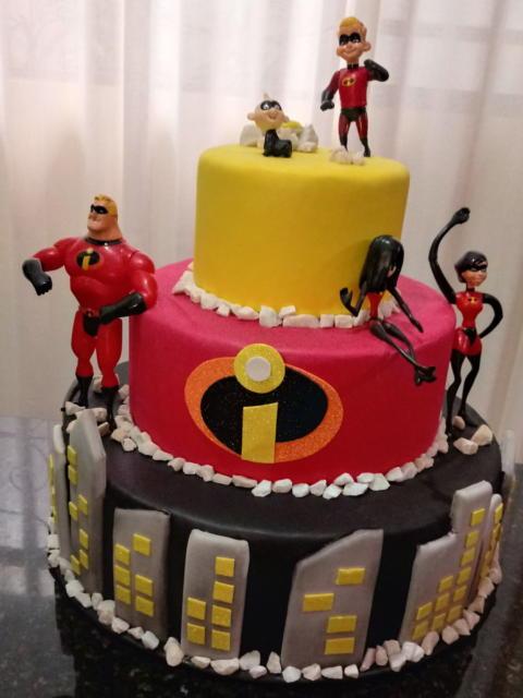 Os bolos cenográficos são perfeitos para incrementar a decoração da festa