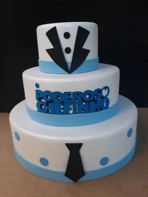 Um lindo bolo de três andares para deixar sua festa com uma decoração perfeita