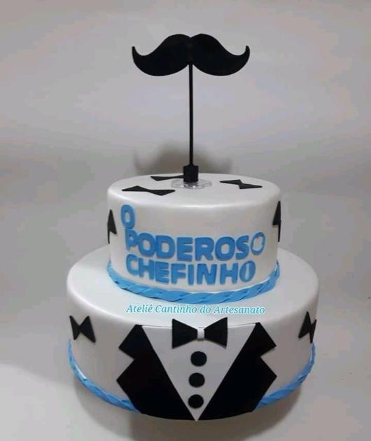 Base branca com vários detalhes e adornos para deixar seu bolo incrível
