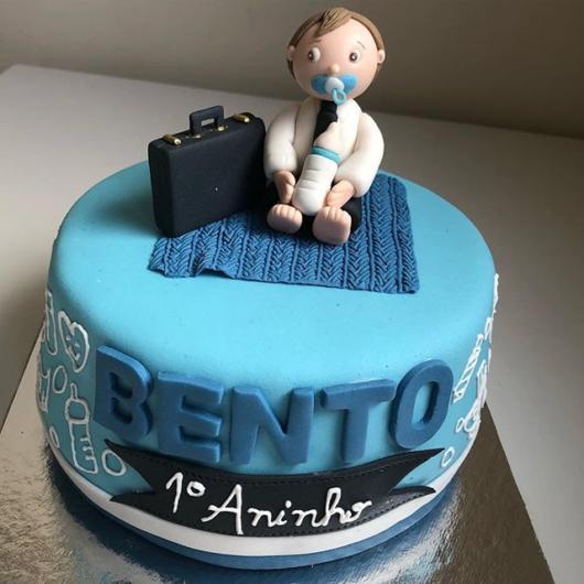 Customize o bolo com o nome e o perfil do aniversariante