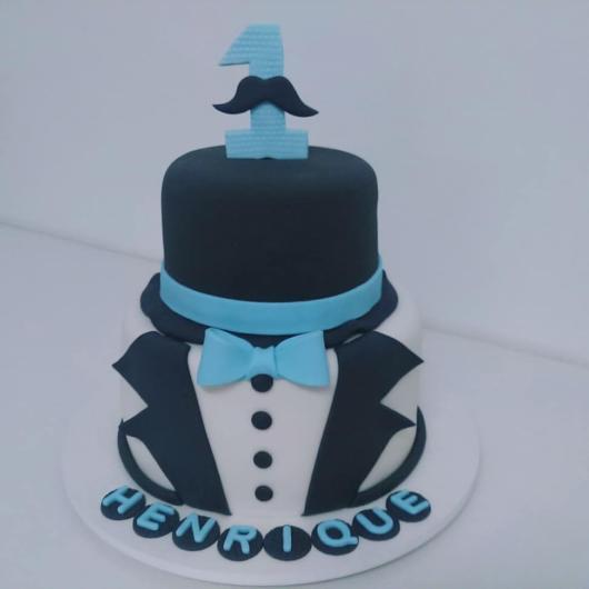 A decoração com pasta americana deixa o bolo com um aspecto incrível