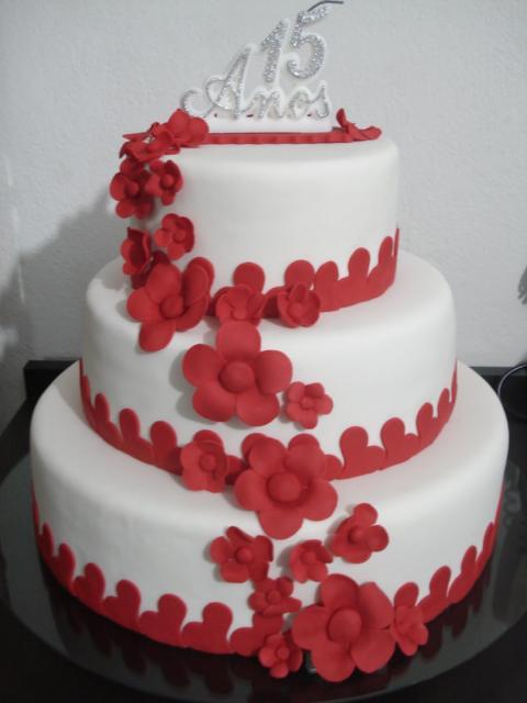 Bolo vermelho e branco de 3 andares