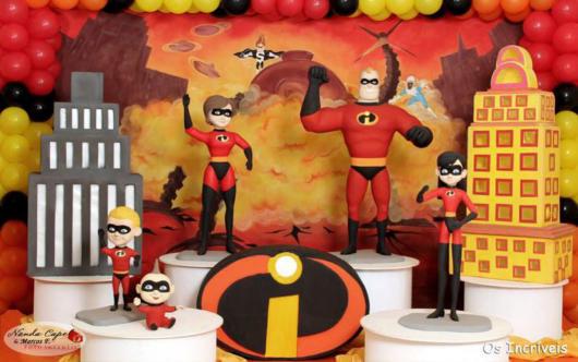 Brinquedos e bonecos inspirados nos heróis são ótimos para a decoração da festa Os Incríveis