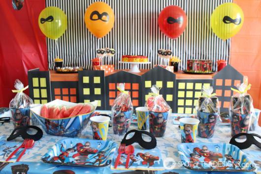 Com balões e adornos feitos de materiais super acessíveis