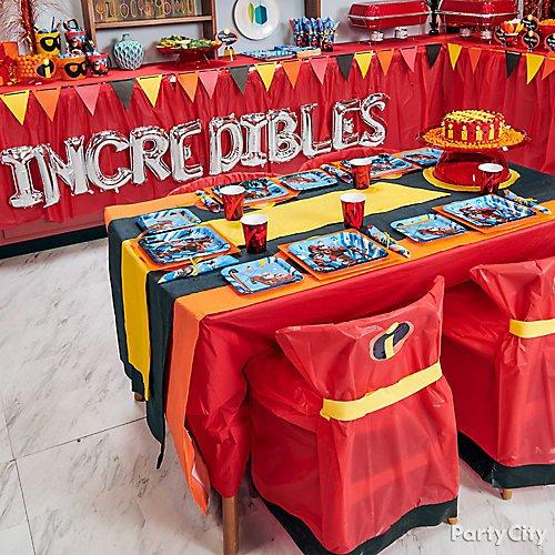 Nessa decoração, a mesa é enorme, ideal para diversos convidados