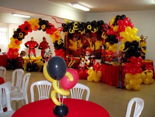 Mesas decoradas, um lindo painel e vários arcos de balões coloridos