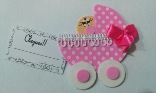 Carrinho de bebê com laço e ainda com uma mensagem personalizada