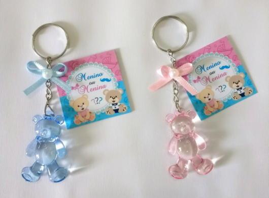 Chaveiros de urso rosa e azul com uma mensagem singela aos convidados