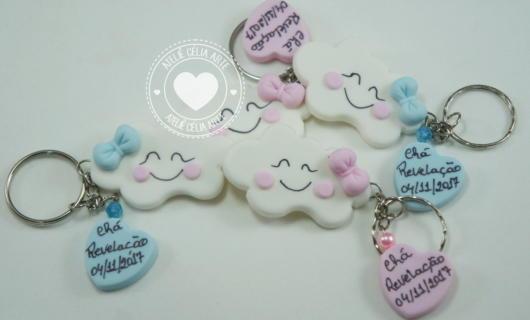 Versões de chaveirinhos em formato de nuvem feitos de biscuit