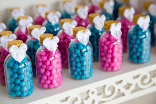 Os potinhos com balinhas rosa e azul são boas alternativas de lembrancinha chá revelação simples