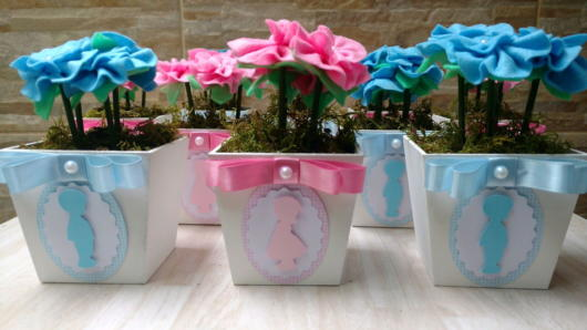 Vasinhos com flores (naturais ou artificiais) também encantam e são super conceituais
