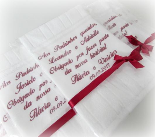 Você pode entregar em lencinhos junto a um laço vermelho