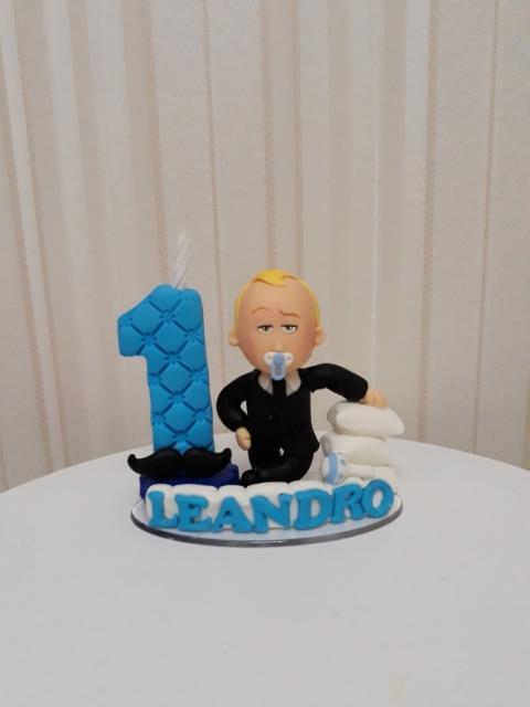 Topos personalizados destacam o seu bolo Poderoso Chefinho