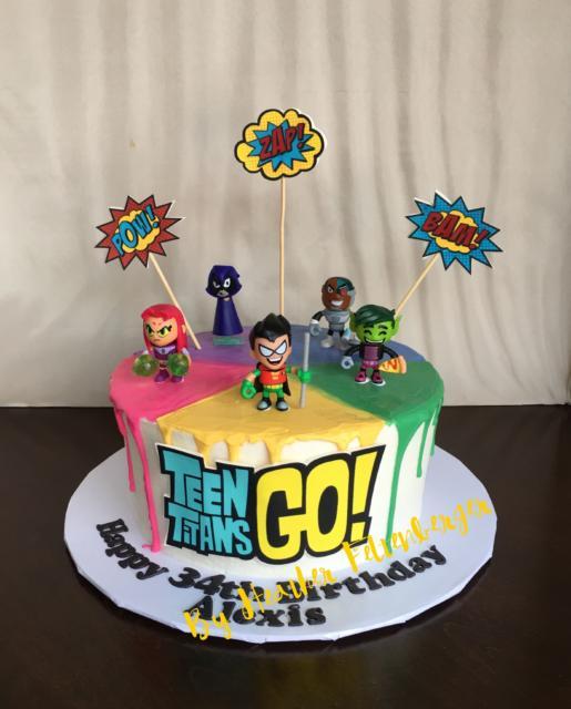 Lindo bolo redondo decorado com os personagens de brinquedo no topo