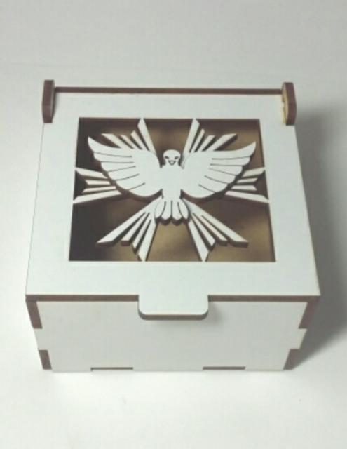 Lindíssima versão personalizada com a pomba da paz na caixa