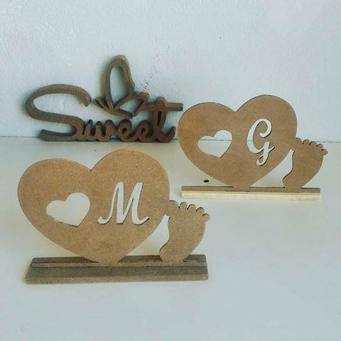 Estrutura em MDF em formato de coração com o pezinho e a primeira letra do nome do bebê