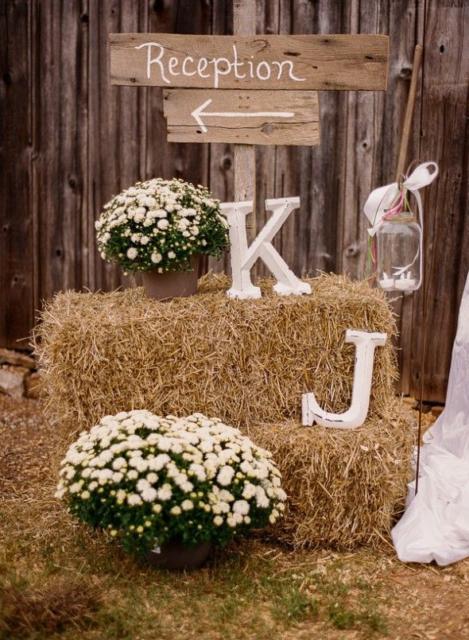 Mini wedding: decoração rústica com feno
