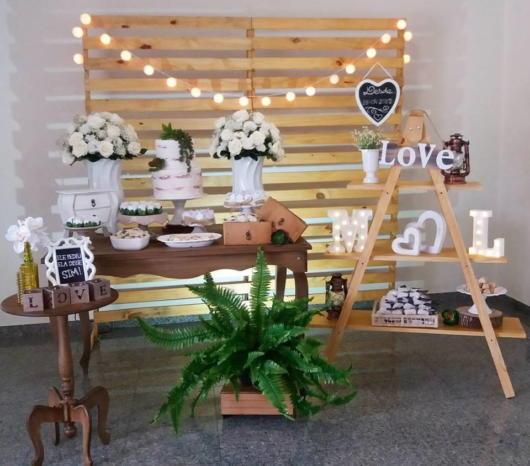 Mini wedding: decoração da mesa com arranjos brancos