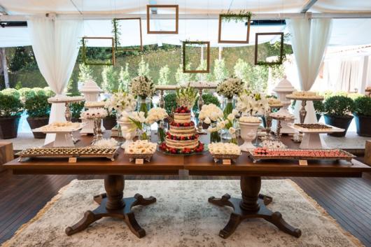 Mini wedding: decoração da mesa com quadros suspensos