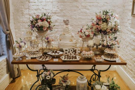Mini wedding: decoração da mesa com flores rosas