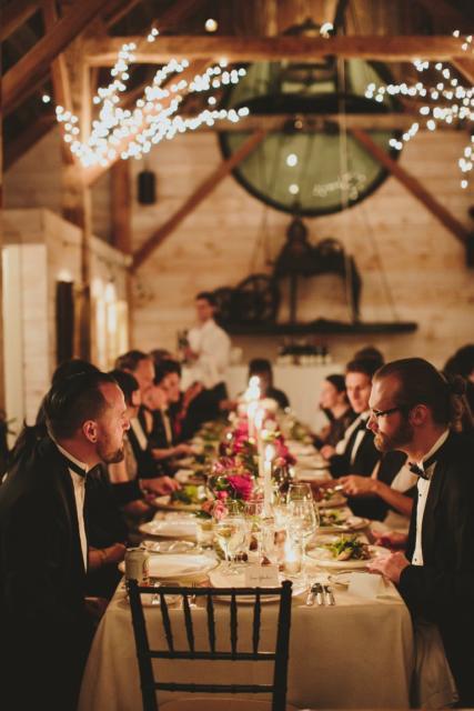 Mini wedding: decoração da mesa com arranjos alinhados