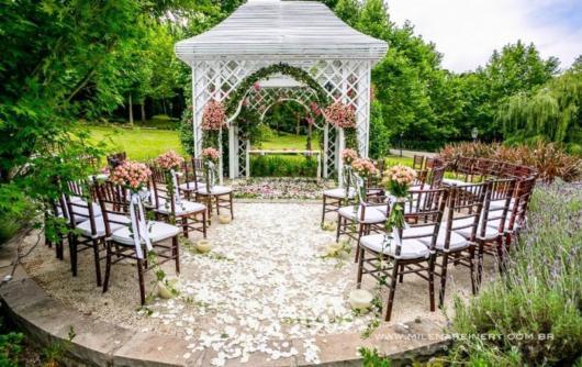 Mini wedding: decoração de cerimonia com flores rosa