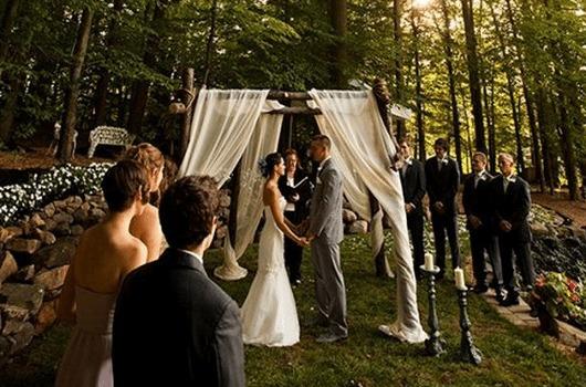 Mini wedding: decoração de cerimonia com cortina branca