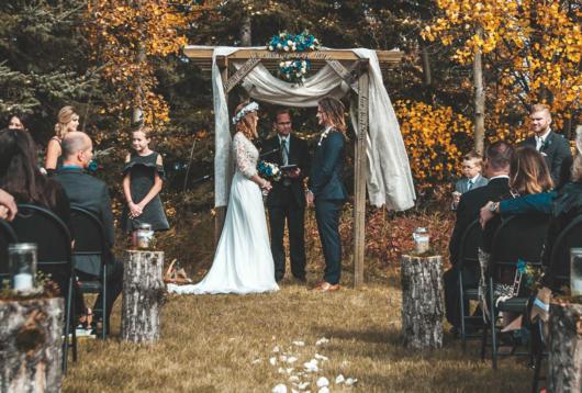 Mini wedding: decoração de cerimonia com arco decorado com tecido