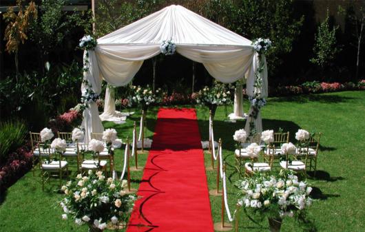 Mini wedding: decoração de cerimonia com tapete vermelho