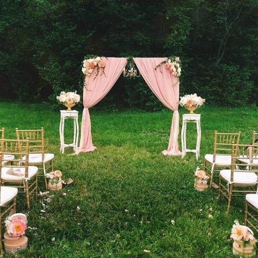 Mini wedding: decoração de cerimonia com arco rosa