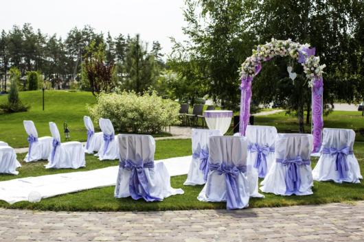 Mini wedding: decoração de cerimonia com arco lilás