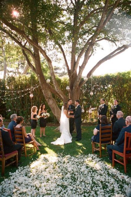 Mini wedding: decoração rústica ao ar livre