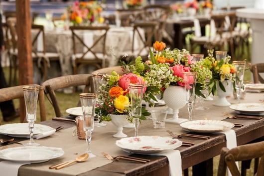 Mini wedding: decoração rústica com flores na mesa