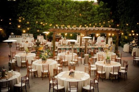 Mini wedding: decoração rústica com arranjos nas mesas