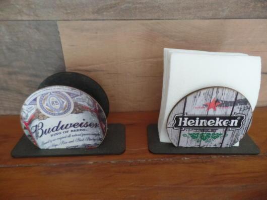 Porta guardanapos temáticos com marcas de bebidas famosas e detalhe rústico