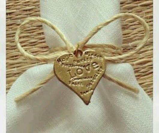 Sem dúvidas, uma linda versão para um casamento, com inscrições no pingente dourado